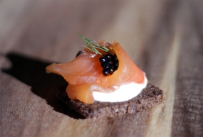 Gravlax de saumon au genièvre, servi à la russe